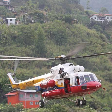 Um helicóptero voa até o monte Kinabalu, na Malásia, para resgatar alpinistas após tremor Foto: Munehiro Yamaoka / AP