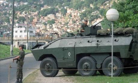 Durante a conferência da ONU Rio-92, tanque do Exército estacionado em frente à Rocinha, em São Conrado Foto: Arquivo O Globo / Cezar Loureiro/30/05/1992