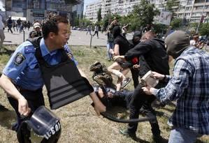 Policiais entram em conflito com opositores do movimento LGBT durante Marcha do Orgulho Gay em Kiev, na Ucrânia Foto: Vladimir Donsov / AP