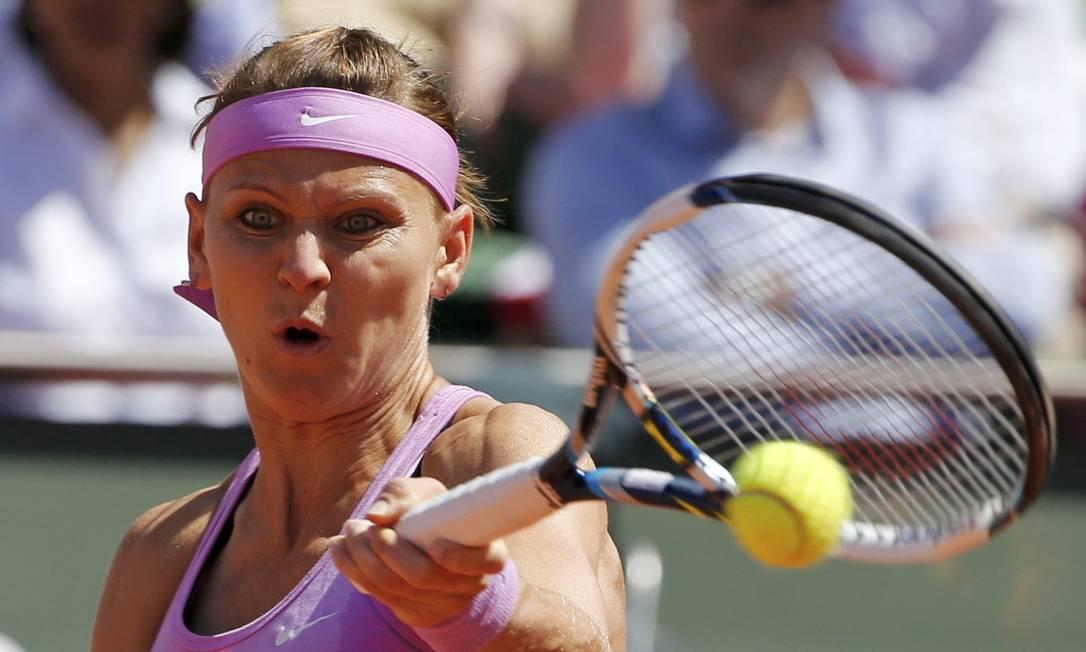 Safarova devolve a bola para Serena, numa reviravolta que endureceu o jogo para a tenista americana JEAN-PAUL PELISSIER / REUTERS