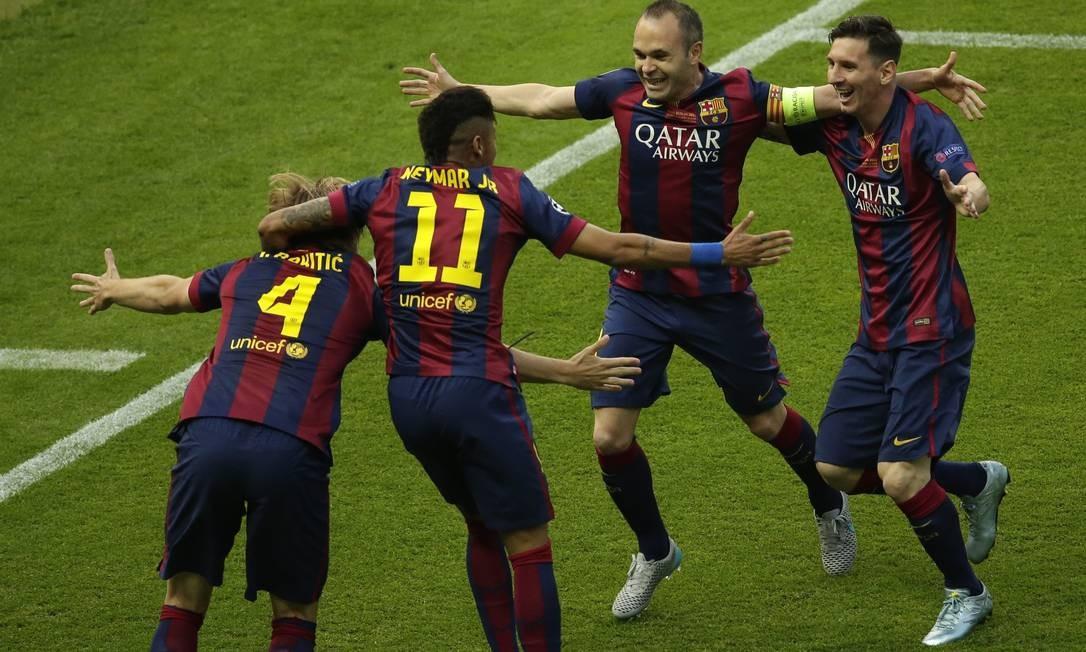 Jogadores do Barcelona festejam gol de Ivan Rakitic, logo aos 4 minutos da decisão da Liga dos Campeões contra o Juventus, em Berlim Michael Sohn / AP