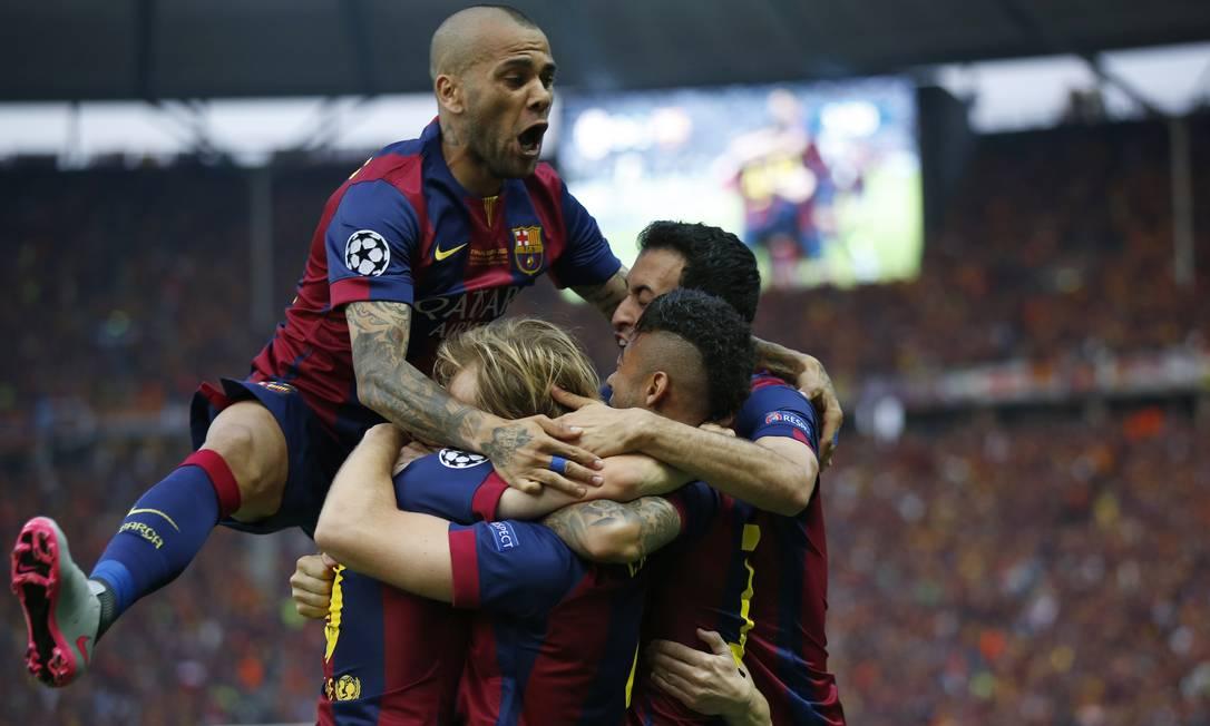 Daniel Alves salta alto na priâmide humana do Barcelona: festa do time catalão em Berlim Luca Bruno / AP