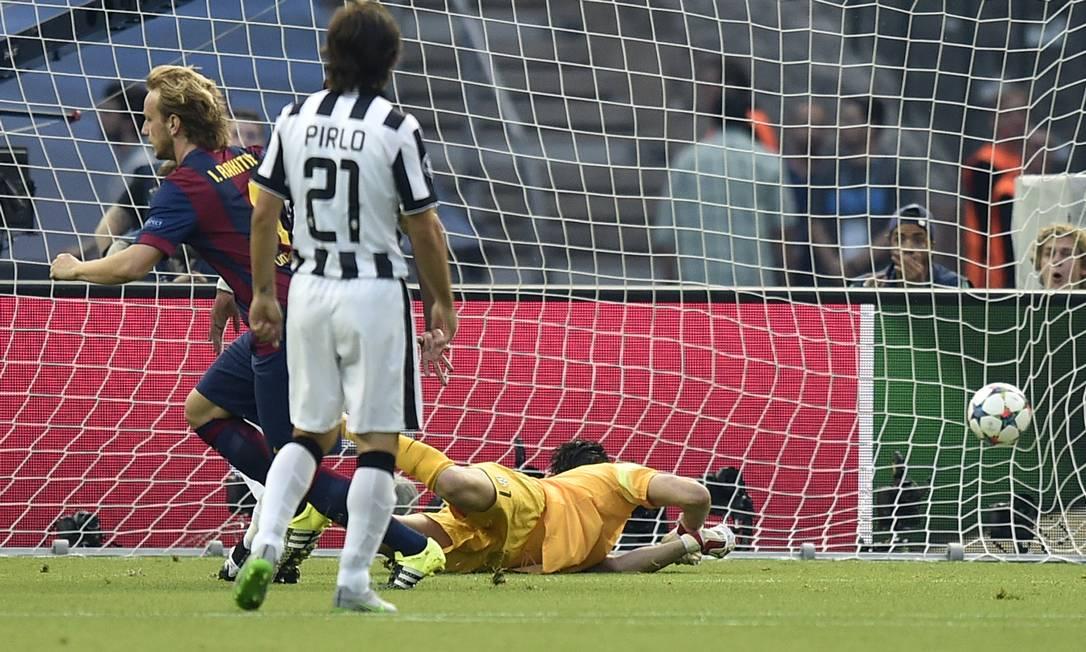 Rakitic corre para festejar após chutar para o gol e vencer o goleiro Buffon: Barcelona na frente do Juventus com 4 minutos de decisão no Estádio Olímpico de Berlim Martin Meissner / AP