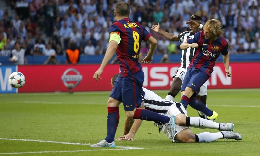 Rakitic no momento da conclusão para marcar o gol do Barcelona, após passe de Iniesta (8) Luca Bruno / AP