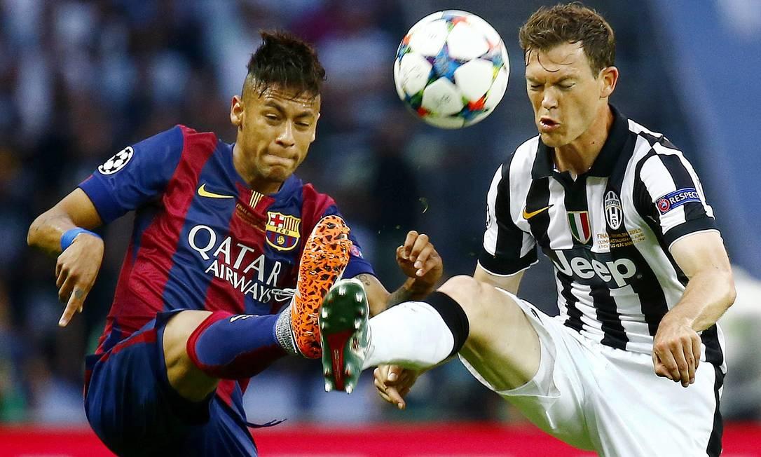 Neymar e Lichtsteiner tocam chuteiras na disputa pela bola na final da Liga dos Campeões: Barcelona x Juventus Kai Pfaffenbach / REUTERS