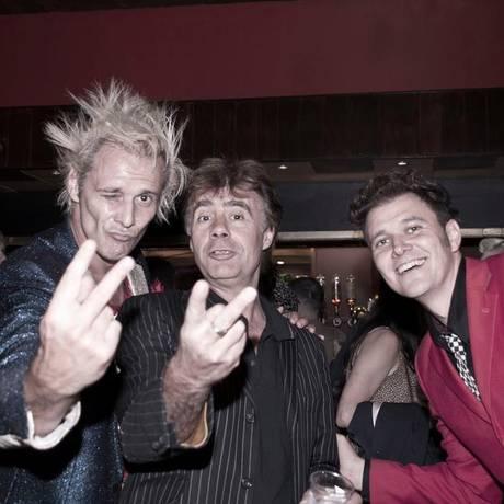 O baixista inglês Glen Matlock entre os irmãos Supla (à esquerda) e João Suplicy Foto: Arquivo Pessal