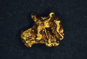 Um grão de ouro analisado pelos pesquisadores: joias irlandesas da Idade do Bronze foram feitas com metal importado Foto: Chris Standish/Universidade de Southampton