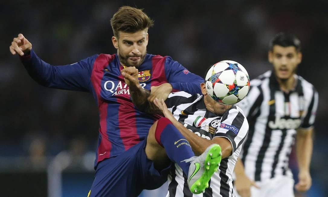 O zagueiro do Barcelona Piqué levanta a perna para conter Tévez, do Juventus, encoberto pela bola Frank Augstein / AP