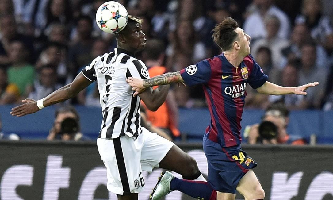 Pogba disputa o lance com Messi no jogão entre Juventus e Barcelona em Berlim Martin Meissner / AP