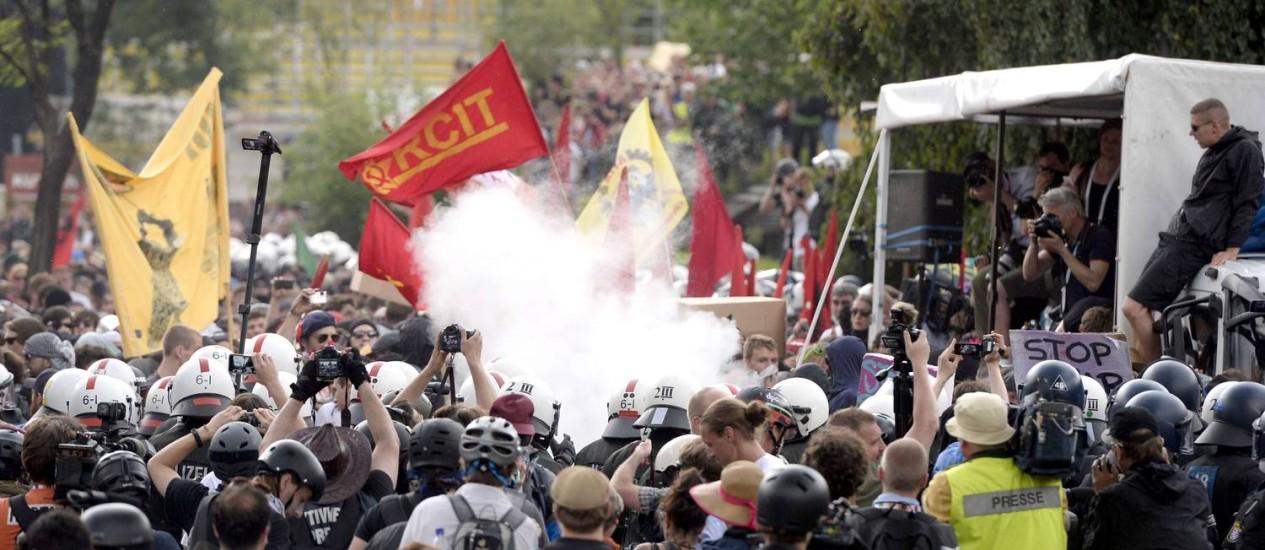 Bombas de fumaça são usadas para dispersar manifestantes em Garmisch-Partenkirchen Foto: ROBERT MICHAEL / AFP