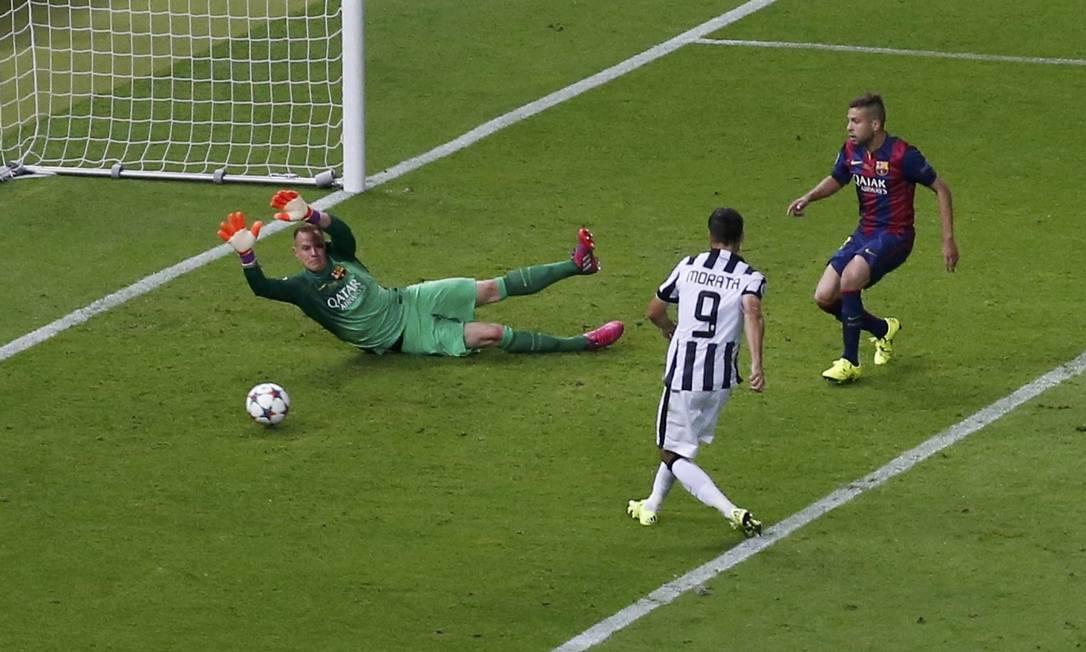 Alvaro Moratapega o rebote do goleiro do Barcelona e empata o jogo para o Juventus: 1 a 1 FABRIZIO BENSCH / REUTERS