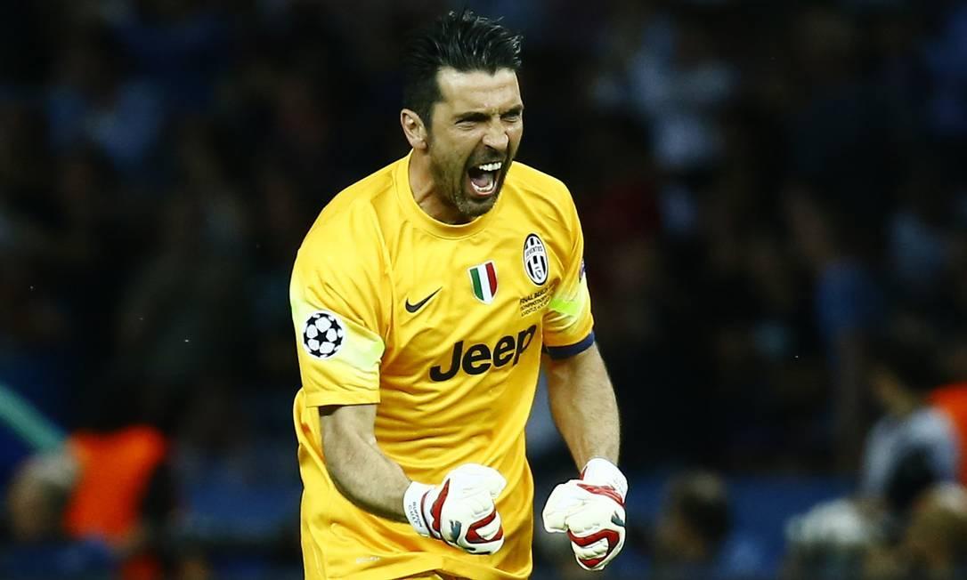 O goleiro Gianluigi Buffon, do Juventus, festeja o gol do time, que empatava com o Barcelona no início do 2º tempo Kai Pfaffenbach / REUTERS