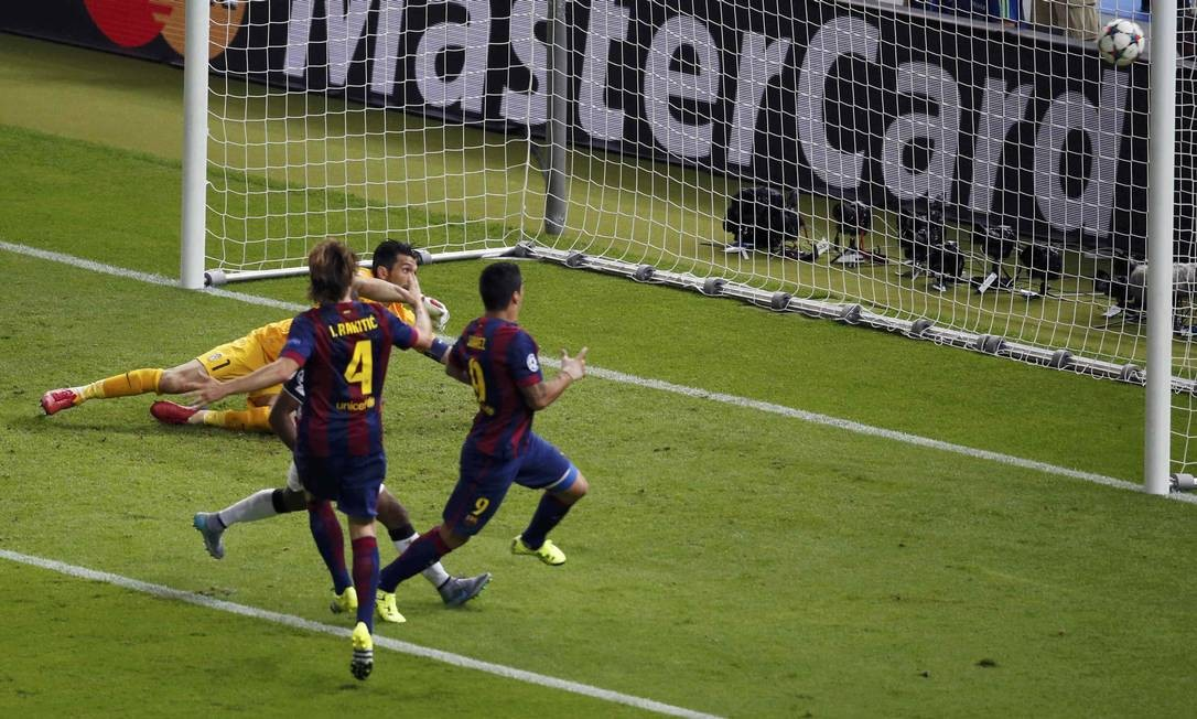 Suárez no momento em que aproveita rebote de Buffon e manda para a rede: 2º gol do Barcelona FABRIZIO BENSCH / REUTERS