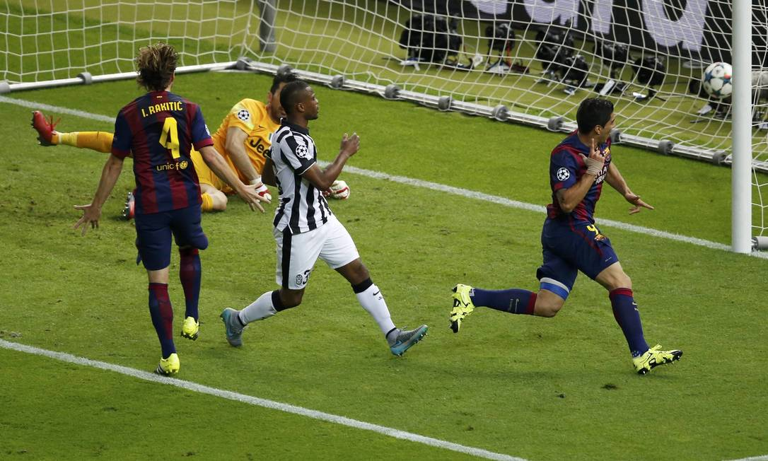 Buffon batido, bola na rede, Suárez começa sua festa: 2 a 1 para o Barcelona em cima do Juventus FABRIZIO BENSCH / REUTERS