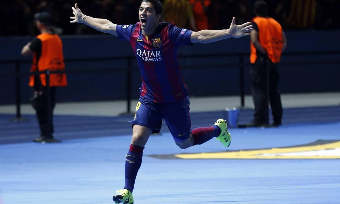 Suárez corre em direção à torcida do Barcelona para festejar o gol que marcou na decisão contra o Juventus, em Berlim: 2 a 1 Michael Probst / AP
