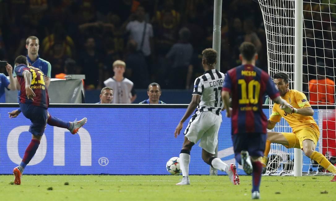 Neymar bate de canhota, em chute cruzado dentro da área, para vencer o goleiro Buffon e fechar o placar: Barcelona 3 a 1 no Juventus e campeão europeu Frank Augstein / AP