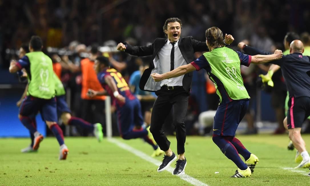 O técnico Luis Enrique explode de alegria com a Tríplice Coroa do Barcelona, campeão espanhol, da Copa do Rei e também da Liga dos Campeões Dylan Martinez / REUTERS