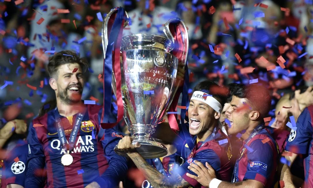 Neymar levanta a taça de campeão europeu conquistada pelo Barcelona na final contra o Juventus Martin Meissner / AP