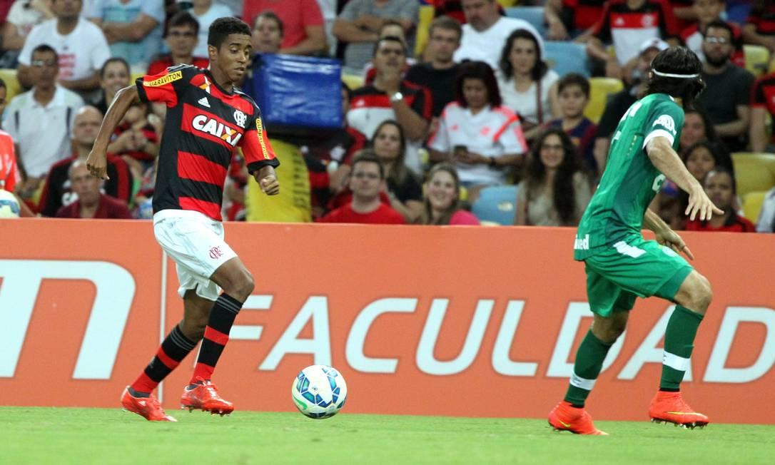 Gabriel conduz a bola pelo lado esquerdo do ataque do Flamengo contra a Chapecoense, no Maracanã Cezar Loureiro / Agência O Globo