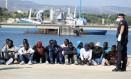 Rotina. Migrantes aglomerados na cidade de Augusta, na Sicília, após serem resgatados no Mediterrâneo: mais de 46 mil chegaram à Itália em 2015 Foto: Francesco Malavolta/AP