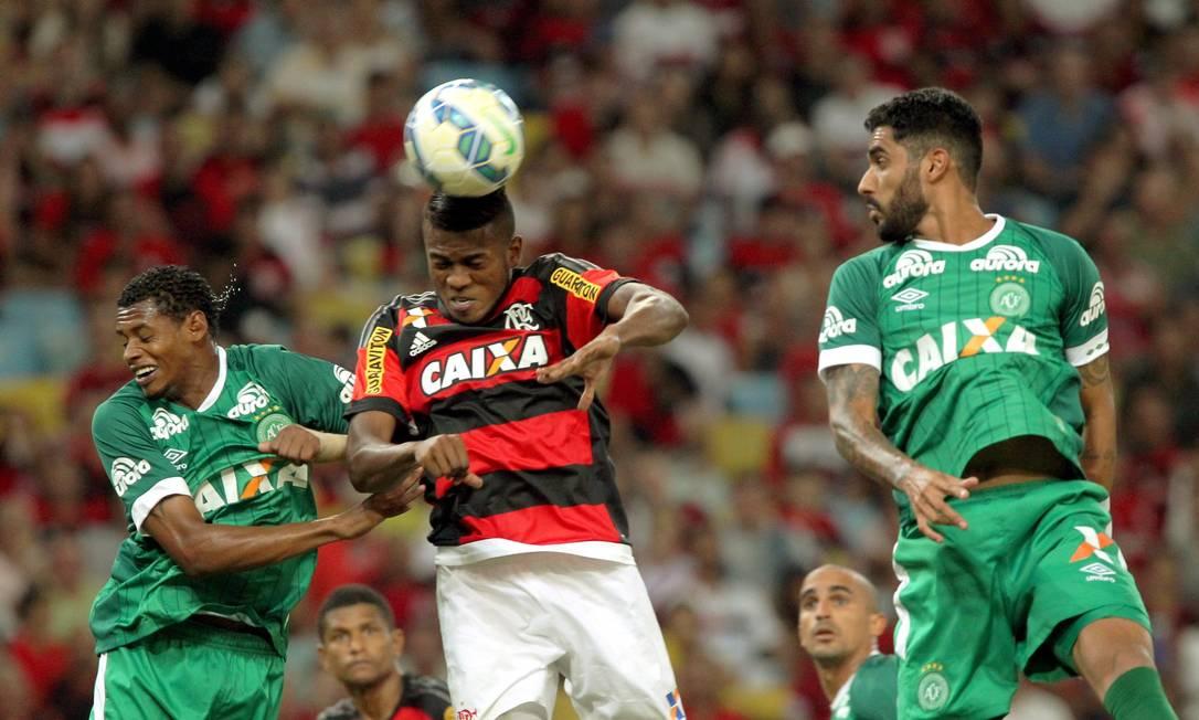 Marcelo Cirino sobe de cabeça no ataque do Flamengo: atacante não teve boa atuação, mas lutou muito Cezar Loureiro / Agência O Globo