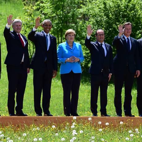 Líderes do G7 e outras autoridades posam para foto antes do início do encontro de trabalho, no Castelo de Elmau, na Baviera. Da esquerda para a direita, o presidente o Conselho Europeu, Donald Tusk; o primeiro-ministro do Japão, Shinzo Abe; o primeiro-mi Foto: JOHN MACDOUGALL / AFP