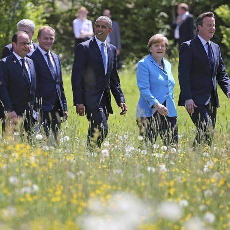 A chanceler federal alemã, Angela Merkel, conduz os líderes do G-7 à reunião de cúpula Foto: POOL / REUTERS