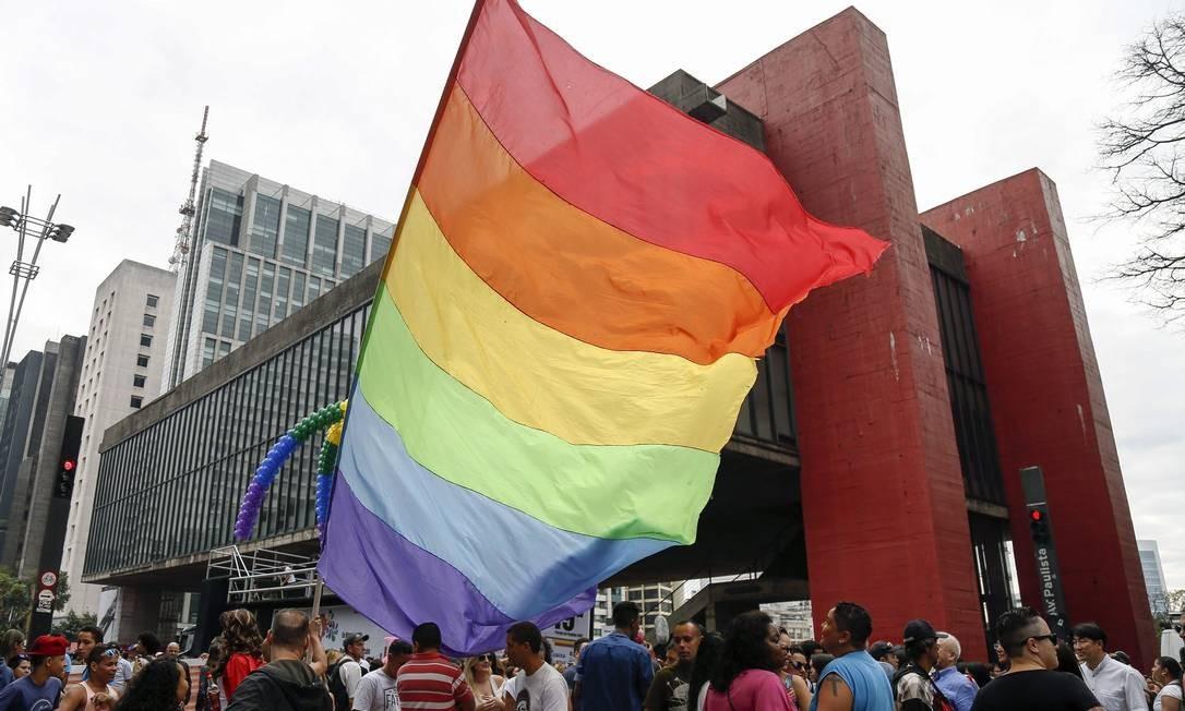 LGBTs e apoiadores dos direitos civis participam da 19ª Parad Gay de São Paulo, na Avenida Paulista Foto: Miguel Schincariol / AFP