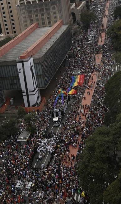 Imagem aérea mostra o público que lota a Avenida Paulista durante a Parada Gay Miguel Schincariol / AFP