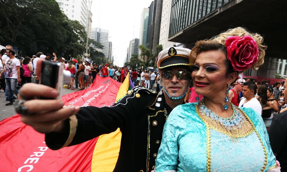 Participantes tiram selfie durante passeata na Avenida Paulista. Concentração da Parada do Orgulho LGBT começou às 10h Fernando Donasci / Agência O Globo