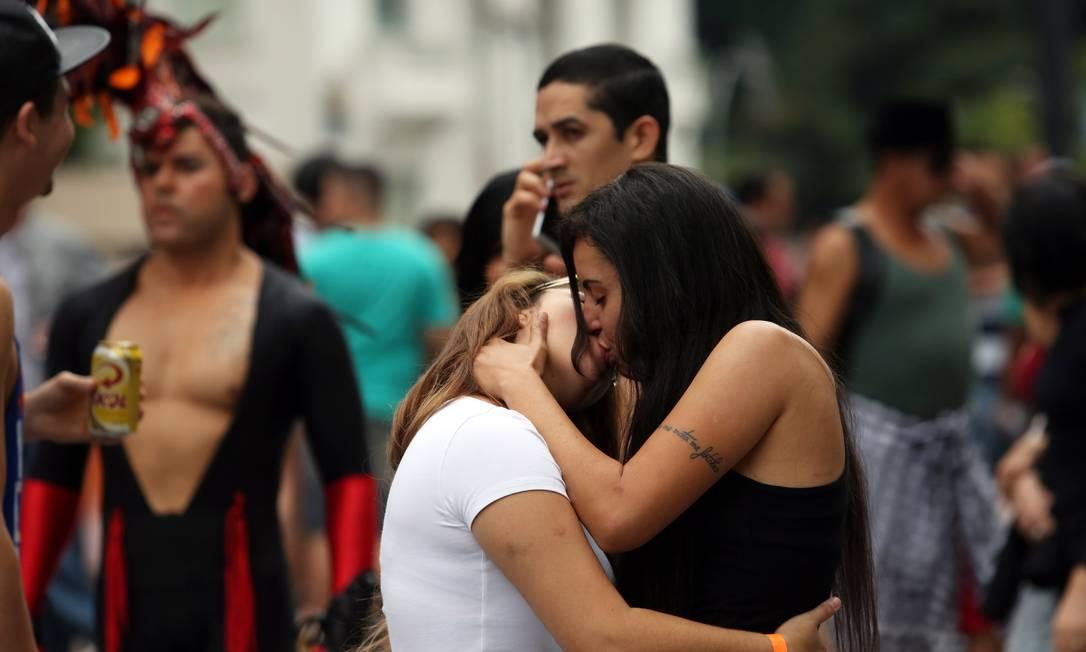 Casal troca beijo apaixonado durante passeata na Avenida Paulista Fernando Donasci / Agência O Globo