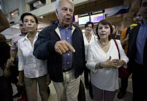 Ex-presidente do governo espanhol caminha ao lado de Antonieta Mendoza de Lopez, mãe do opositor detido, Leopoldo López (esquerda) e de Mitzy Capriles de Ledezma, mulher do prefeito de Caracas preso, Antonio Ledezma Foto: Ariana Cubillos/AP