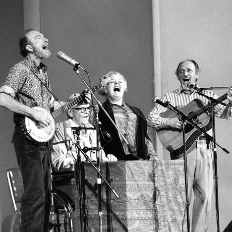 A cantora e o grupo The Weavers em apresentação no Carnegie Hall, nos anos 1980 Foto: Ricard Drew/AP