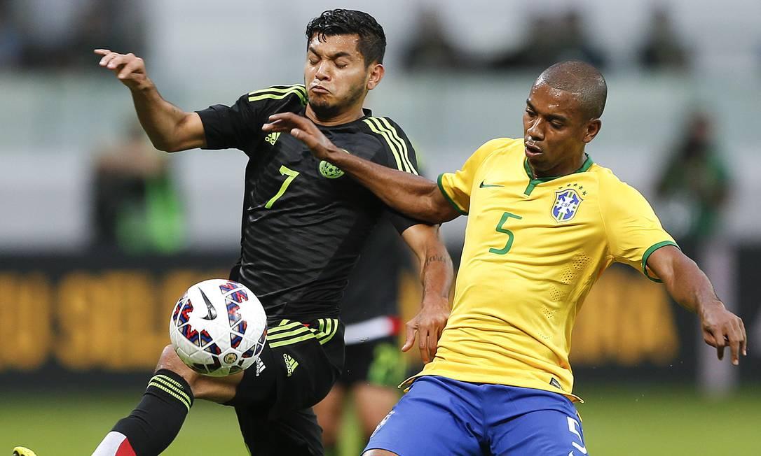 Jesus Corona, atacante rápido e habilidoso, incomodou a defesa brasileira. Neste lance, Fernandinho tenta fazer a marcação sobre o mexicano Andre Penner / AP