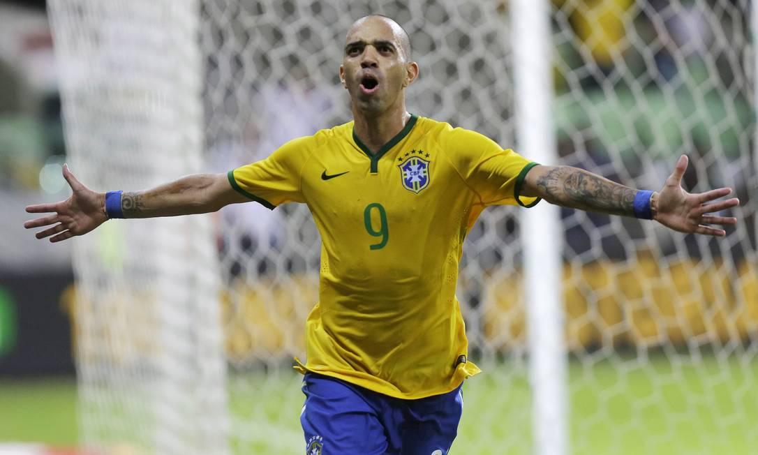 Diego Tardelli festeja o segundo gol do Brasil no amistoso contra o México, marcado pelo atacante, que atualmente joga no futebol da China Nelson Antoine / AP