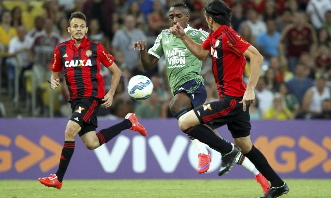 Fluminense X Sport, no Maracanã, vale pela 6ª rodada da Série A do Brasileiro: Gerson arranca com a bola Cezar Loureiro / Agência O Globo