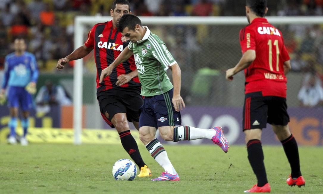 Wagner domina a bola e se prepara para o lançamento, marcado por Diego Souza: Fluminense x Sport no Maracanã Cezar Loureiro / Agência O Globo