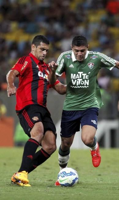 Edson tenta levar o Fluminense ao ataque contra o Sport Cezar Loureiro / Agência O Globo