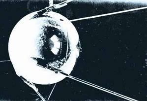 Pioneiro: em 1957, os soviéticos lançaram o Sputnik 1, primeiro satélite artificial da Terra, na época também chamados de 'luas artificiais', dando início à Era Espacial Foto: Reprodução