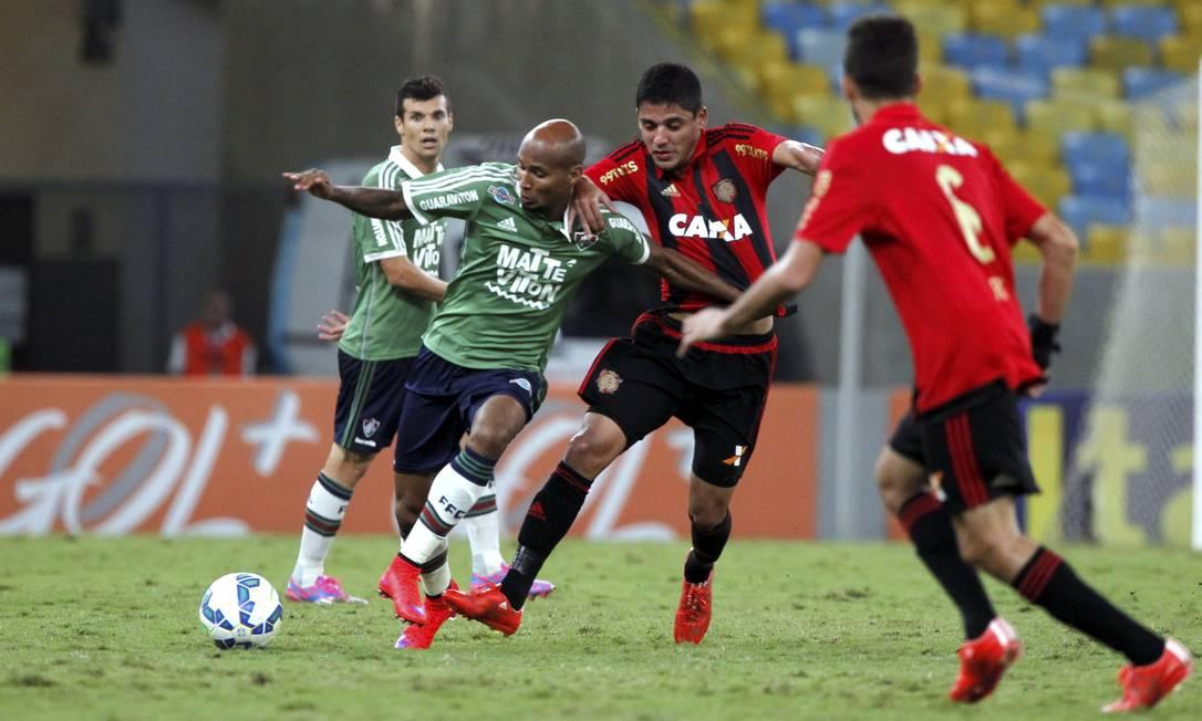 Wellington Silva, que substituiu Renato na lateral direita no segundo tempo, tenta passar pelo marcador Cezar Loureiro / Agência O Globo