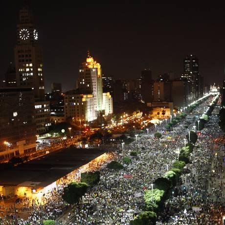 Milhares de manifestantes tomam a Avenida Presidente Vargas, no Centro do Rio, em junho de 2013 Foto: Pablo Jacob/20-06-2013 / Agência O Globo