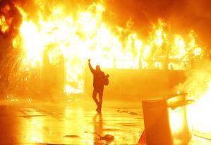 Black bloc incendeia ônibus no Centro do Rio, em 2013 Foto: Marcelo Carnaval/Arquivo / Agência O Globo