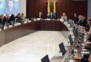 Dilma, ao lado de Temer e da então ministra Gleisi Hoffmann, em 2013, durante reunião com Governadores e Prefeitos no Palácio do Planalto: pouco do pacto foi cumprido Foto: André Coelho/24-06-2013 / Agência O Globo