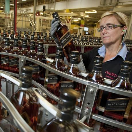 Linha de produção do uísque Johnnie Walker Black Label na Escócia Foto: Mike Wilkinson / Bloomberg News
