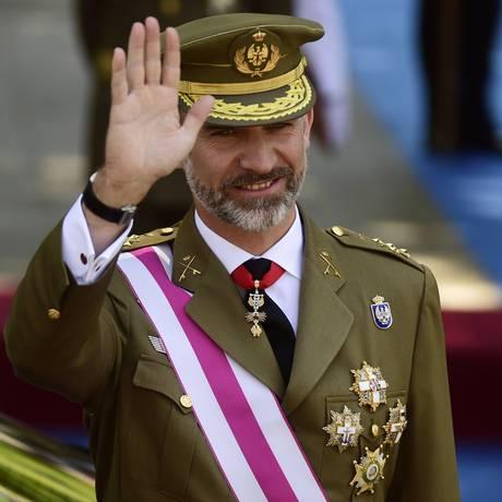 Rei Felipe acena para o público após parada militar em celebração ao Dia Nacional da Espanha, em Madri Foto: JAVIER SORIANO / AFP