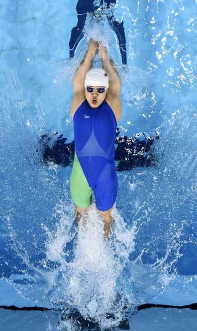 Li Tao, de Cingapura, vence a prova final dos 50m Costas Femininos e leva a medalha de ouro Knight Ong / REUTERS