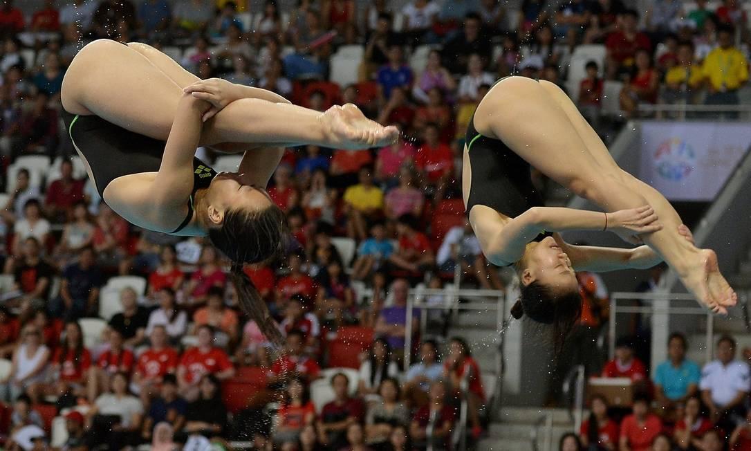 A dupla de atletas do Vietnã competem no trampolim 3m sincronizado feminino MANAN VATSYAYANA / AFP