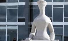 Estátua de Alfredo Ceschiatti, 'A Justiça', em frente ao STF Foto: Jorge William / Agência O Globo