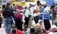 Imigrantes são resgatados do Mediterrâneo por força-tarefa de países europeus