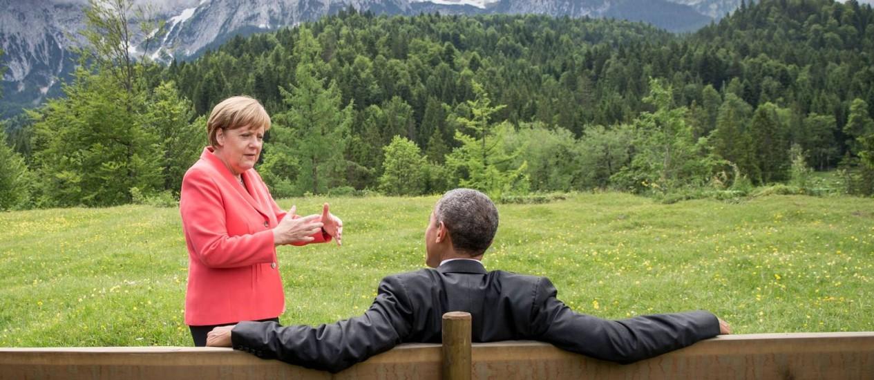 A chanceler federal alemã, Angela Merkel, conversa com o presidente americano, Barack Obama, no jardim do castelo de Elmau, nos Alpes da Baviera Foto: MICHAEL KAPPELER / AFP
